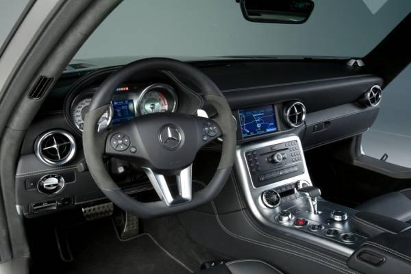 Mercedes SLS AMG, mette le ali
