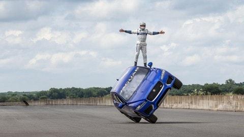 Jaguar F-Pace, la corsa su due ruote a Goodwood