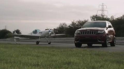 Il suv batte l'aereo, la sfida tra Grand Cherokee SRT e un Silence Twister