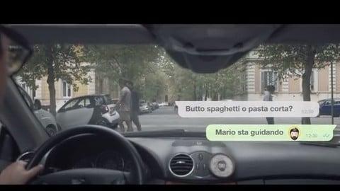 """Santino, la """"mano santa"""" che blocca lo smartphone mentre guidi"""