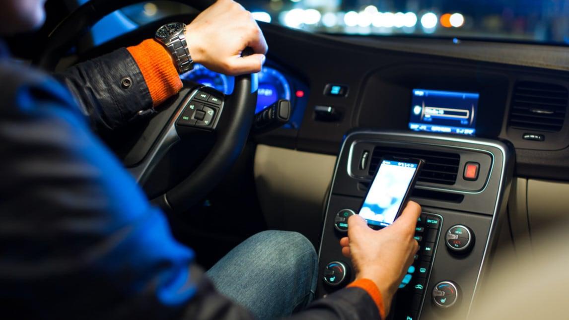 Patente sospesa subito a chi guida con smartphone in mano