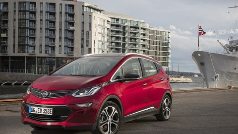Opel Ampera-e, ecco quanto va su strada l'auto elettrica