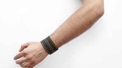 Woolf, il bracciale vibrante che segnala i velox