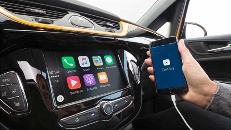 Telefono al volante, usiamo la tecnologia non le mani