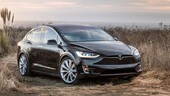 Tesla Model X, le porte automatiche travolte da un camion