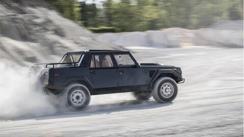 Lamborghini LM002, l'antenato dell'Urus torna a correre