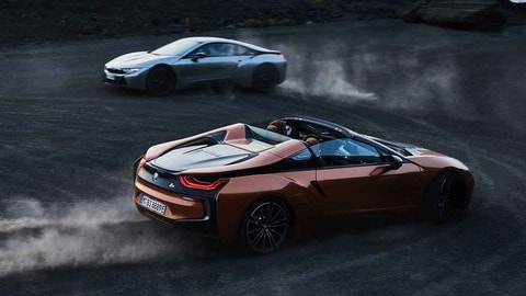 BMW i8 Roadster e Coupé, più potenza e range elettrico