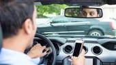 Smartphone alla guida, la Commissione blocca il raddoppio delle multe