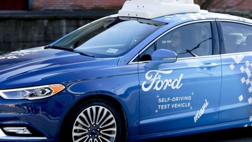 Ford studia la comunicazione tra guida autonoma, ciclisti e pedoni
