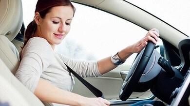 Cassazione: passeggero senza cinture, paga chi guida
