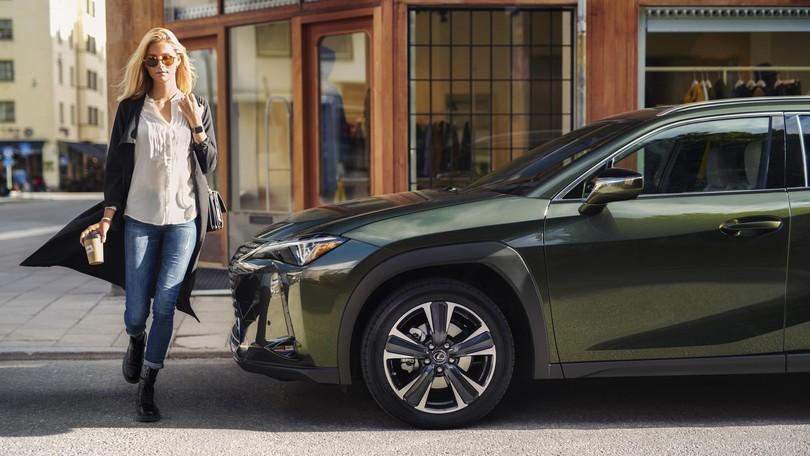Lexus UX Hybrid sfila tra moda e spettacolo