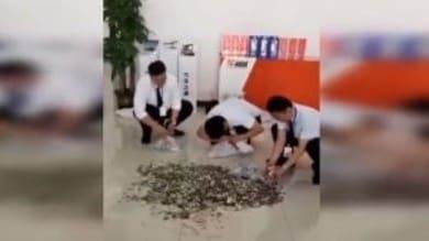 Cina, paga l'auto con 66 borse di monetine - VIDEO