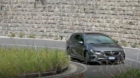 Opel Insigna GSI Sports Tourer: la prova su strada VIDEO