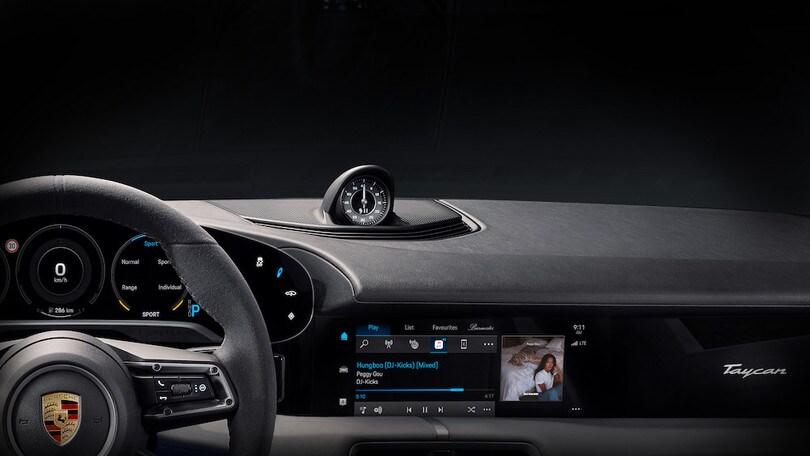 Porsche Taycan, svelati gli interni: novità Apple Music
