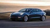Tesla lavora all'Autopilot con fermata autonoma agli incroci