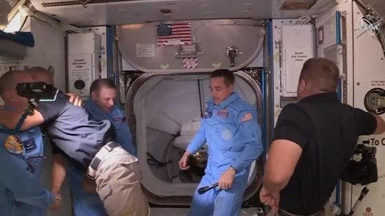 SpaceX, l'equipaggio della Crew Dragon raggiunge la ISS VIDEO