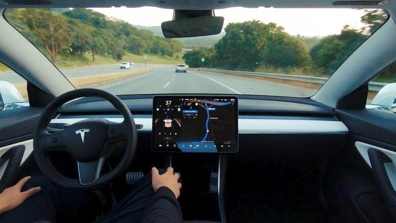 Tesla Full Self Driving, in USA costa 10.000 dollari