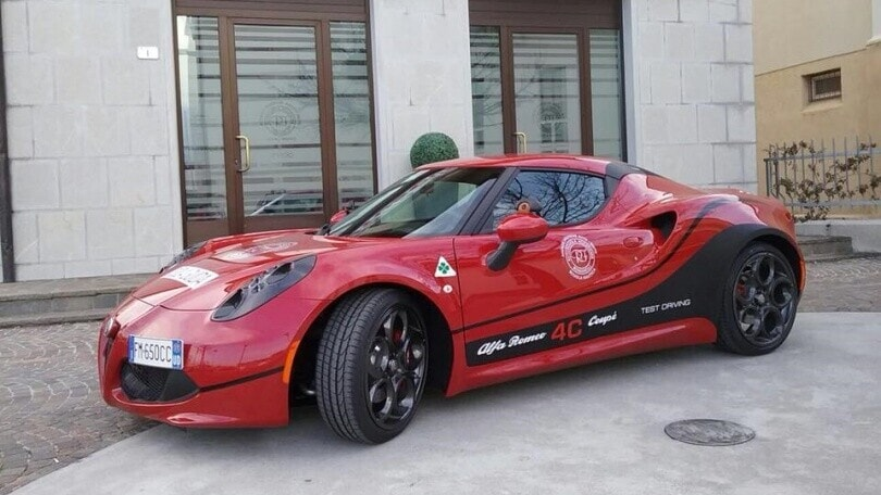Alfa Romeo 4C: c'è un'autoscuola che la fa guidare ai suoi quasi patentati