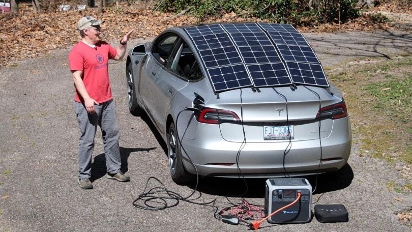 Tesla Model 3 a pannelli solari: l'esperimento funziona?
