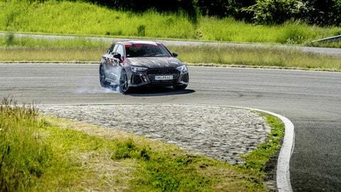 Nuova Audi RS3, il prototipo in azione