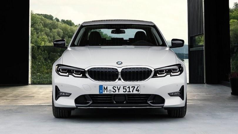BMW Serie 3, restyling in arrivo: così cambia la calandra
