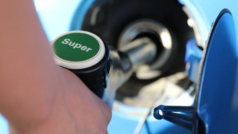 Benzina, scendono i prezzi: 1,653 euro/litro, mai così basso da novembre 2020