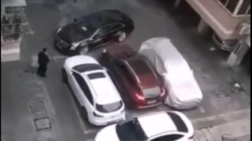Auto bloccata in un parcheggio, mette la prima e… che guaio! VIDEO